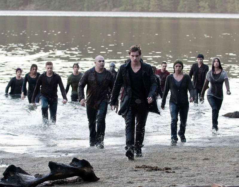 Riley (Xavier Samuel) capeggia un gruppo di giovani vampiri in un momento del film The Twilight Saga: Eclipse
