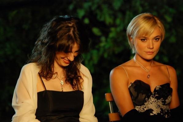 Anna Dalton e Camilla Ferranti in una sequenza di Alice