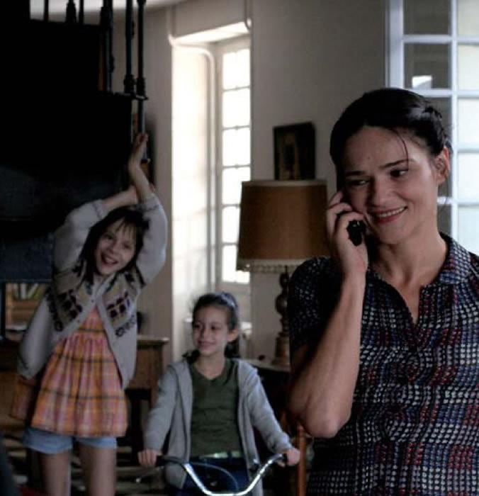Chiara Caselli e le piccole Alice Gautier e Manelle Driss in una scena del film Le père de mes enfants (2009)