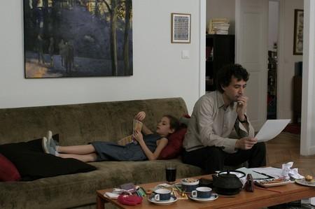 Louis-Do de Lencquesaing e Manelle Driss in una scena del film Le père de mes enfants (2009)
