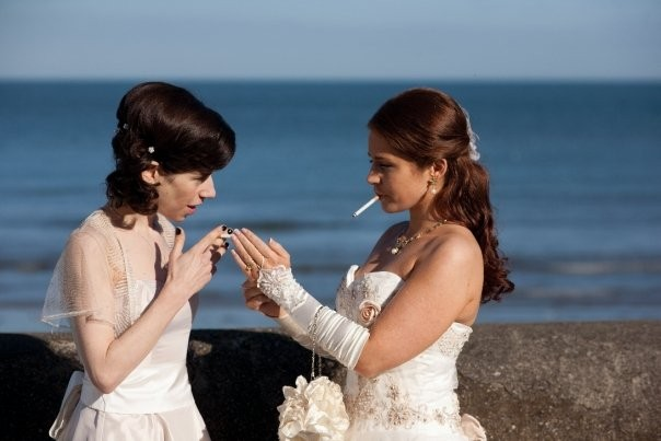 Sally Hawkins e Jade Yourell in una scena della commedia Indovina chi sposa Sally