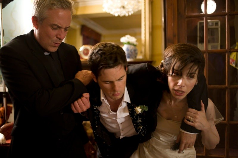 Tomas O'Suilleabhain, Tom Riley e Sally Hawkins in una scena della commedia Indovina chi sposa Sally