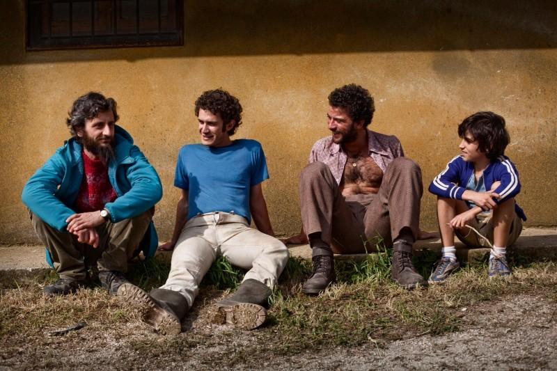 Ascanio Celestini chiacchiera con gli attori sul set del suo film La pecora nera