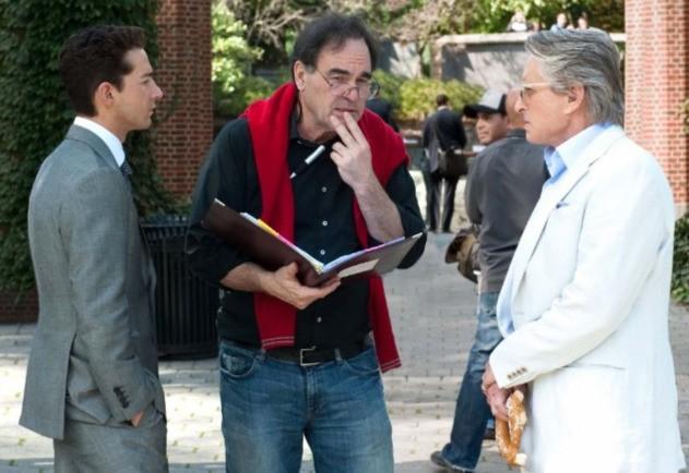 Michael Douglas e Shia LaBeouf con il regista Oliver Stone sul set di Wall Street 2: Money Never Sleeps