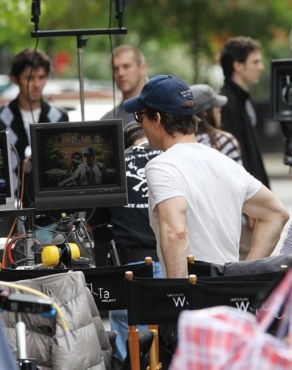 Tom Cruise controlla le inquadrature che lo vedono protagonista nel film Innocenti bugie