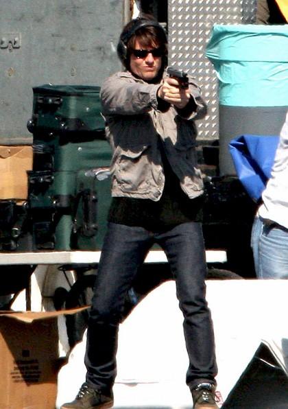 Tom Cruise si allena con la pistola sul set del film Innocenti bugie