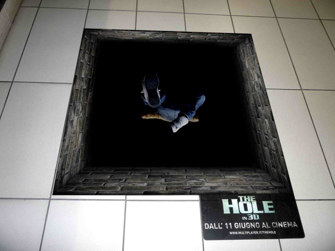 Una 'voragine adesiva' posizionata dai creativi a Milano per la campagna marketing di The Hole in 3D