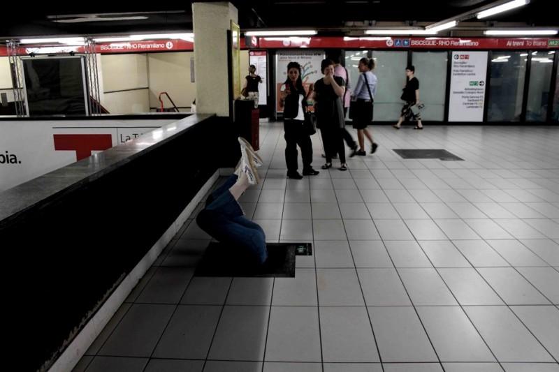 Una 'voragine' (con tanto di manichino) posizionata a Milano per la campagna di The Hole in 3D