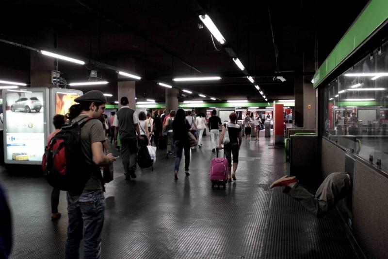 Una 'voragine' (con tanto di manichino) posizionata a Milano per la campagna marketing di The Hole in 3D
