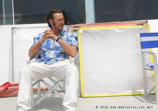 Marco Giallini è il gestore di un chiosco in Tutti al mare (2010)