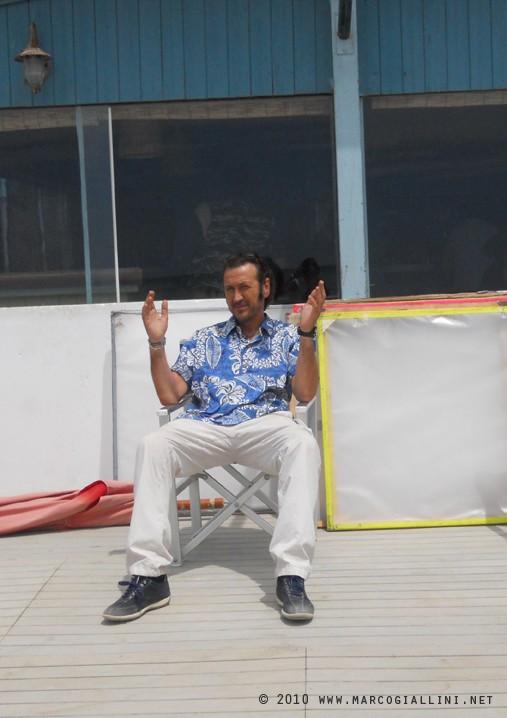 Marco Giallini sul set della commedia Tutti al mare (2010) (www.marcogiallini.net)