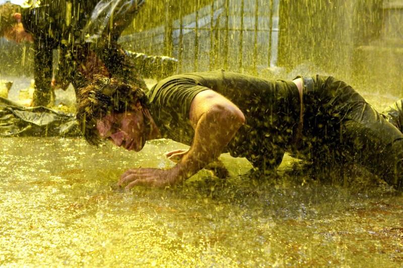Tom Welling faccia a terra sotto l'acqua in una scena dell'episodio Salvation di Smallville