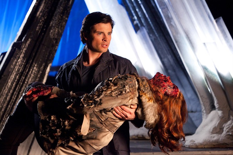 Tom Welling soccorre Cassidy Freeman nell'episodio Salvation di Smallville