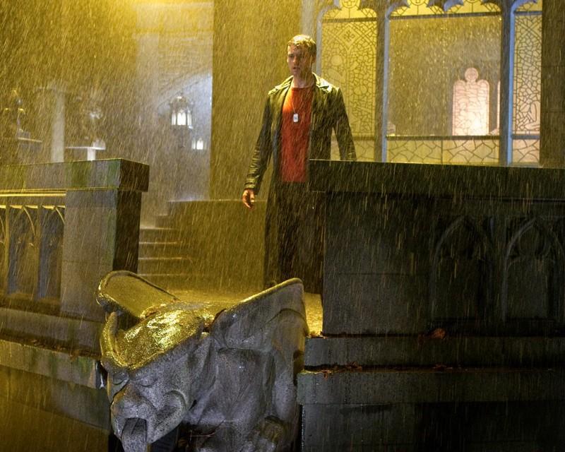 Zod (Callum Blue) sotto la pioggia nell'episodio Salvation di Smallville