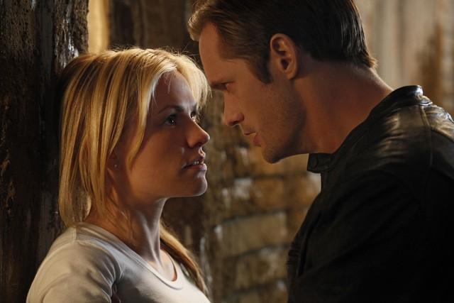 Anna Paquin ed Alexander Skarsgard in una scena della stagione 3 di True Blood