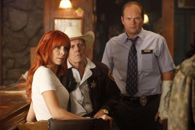 Carrie Preston, William Sanderson e Chris Bauer in una scena della stagione 3 di True Blood