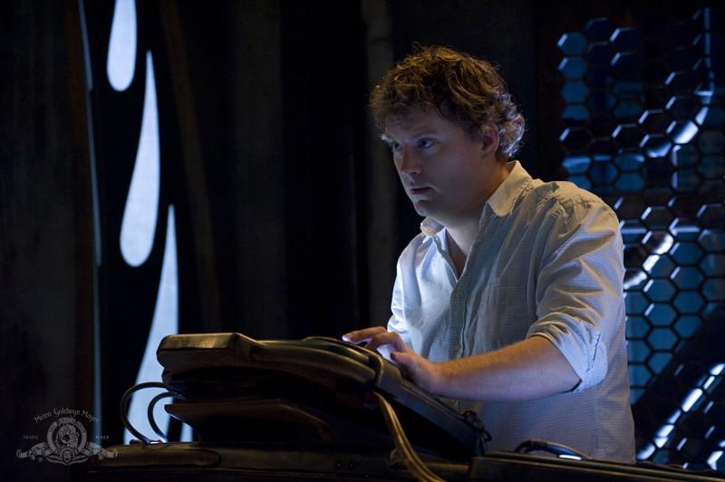 Dale Volker (Patrick Gilmore) alla console della Destiny nell'episodio Incursion: Part 1 di Stargate Universe