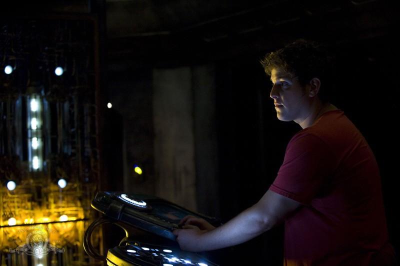 Eli (David Blue) alla console nell'episodio Incursion: Part 2 di Stargate Universe