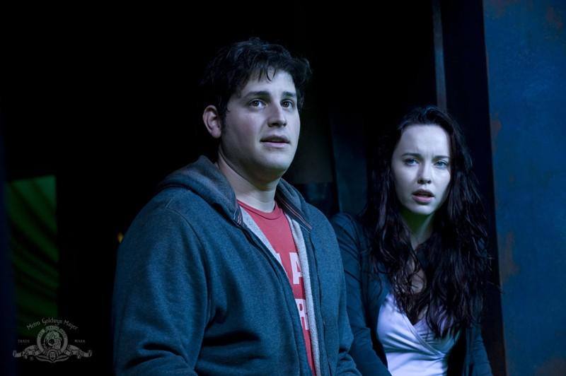 Eli (David Blue) e Chloe (Elyse Levesque) nell'episodio Incursion: Part 1 di Stargate Universe
