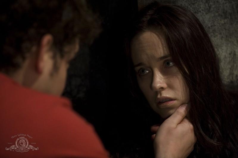 Eli (David Blue) incoraggia Chloe (Elyse Levesque) nell'episodio Incursion: Part 2 di Stargate Universe