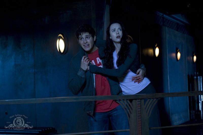 Eli (David Blue) sorregge Chloe (Elyse Levesque) nell'episodio Incursion: Part 1 di Stargate Universe