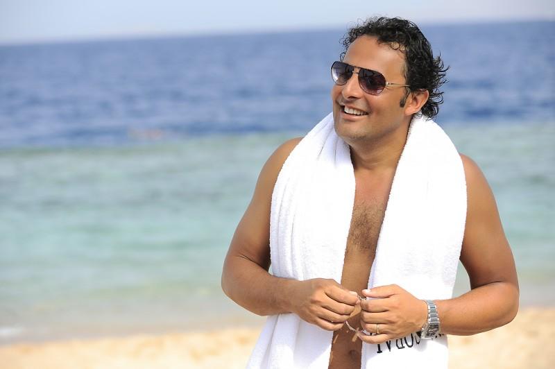 Enrico Brignano in un'immagine della commedia Sharm El Sheikh - Un'estate indimenticabile