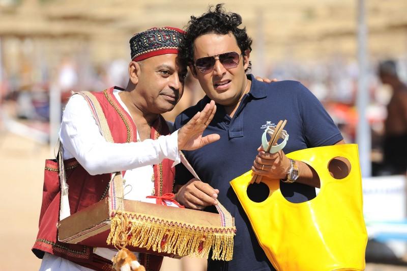 Hassani Shapi con Enrico Brignano in un'immagine della commedia Sharm El Sheikh - Un'estate indimenticabile