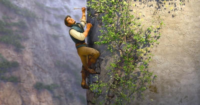 Il bandito Flynn tenta la fuga dalla protagonista nel film Rapunzel - L'intreccio della torre