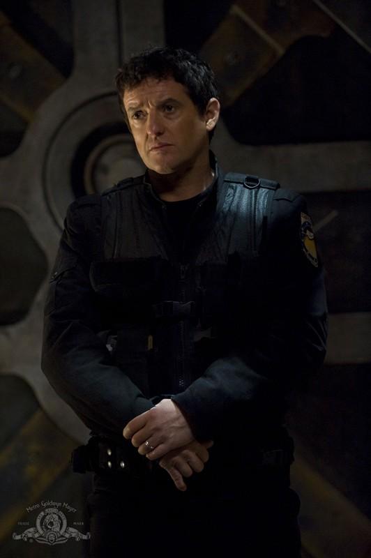 Il Col. Young (Justin Louis) nell'episodio Incursion: Part 1 di Stargate Universe