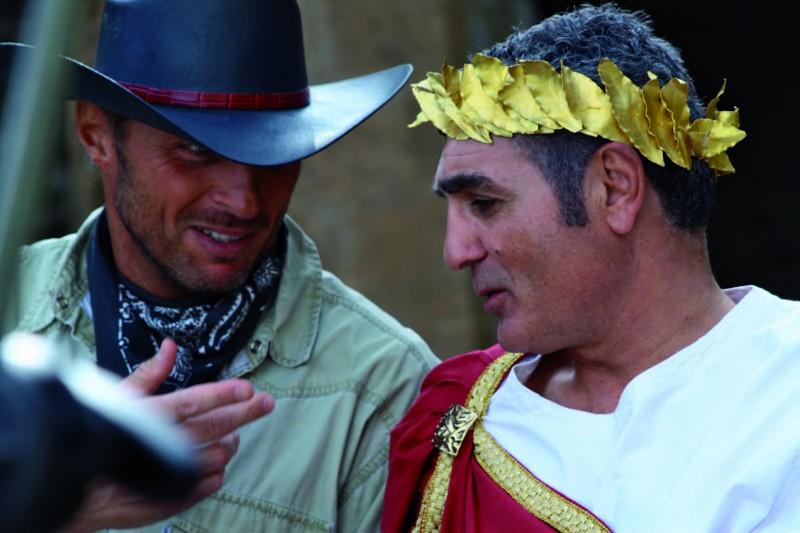Il cowboy (Vincent Riotta) e il senatore (Patrizio Oliva) in una scena di Butterfly Zone - Il senso della farfalla