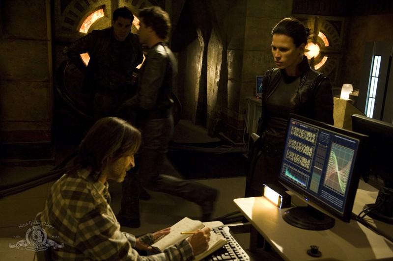 Il Dott. Rush (Robert Carlyle) discute con Kiva (guest-star Rhona Mitra) nell'episodio Incursion: Part 1 di Stargate Universe
