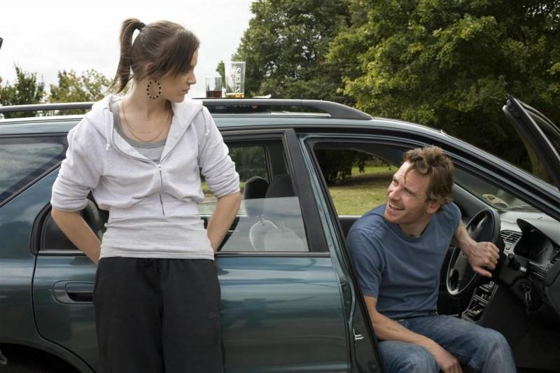 Katie Jarvis e Michael Fassbender in una scena del film Fish Tank (2009)