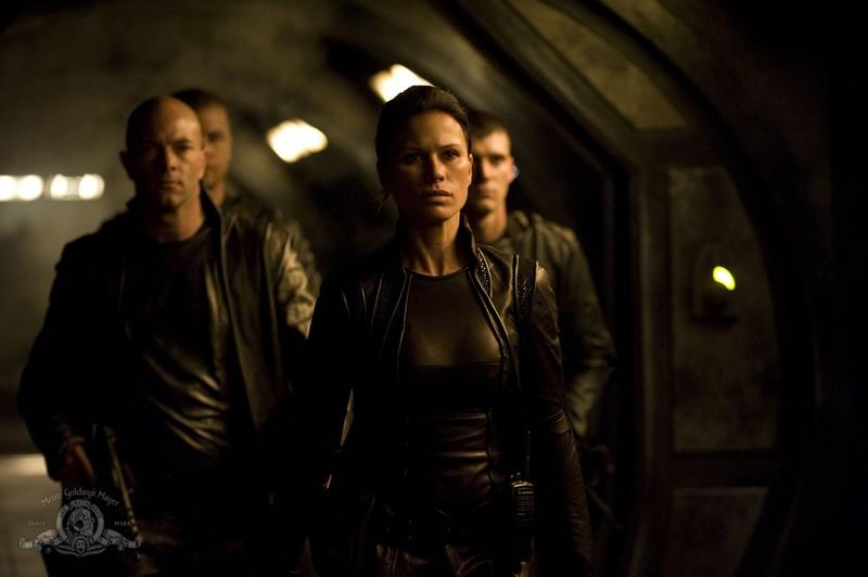 Kiva (Rhona Mitra) e la Lucian Alliance nell'episodio Incursion: Part 2 di Stargate Universe