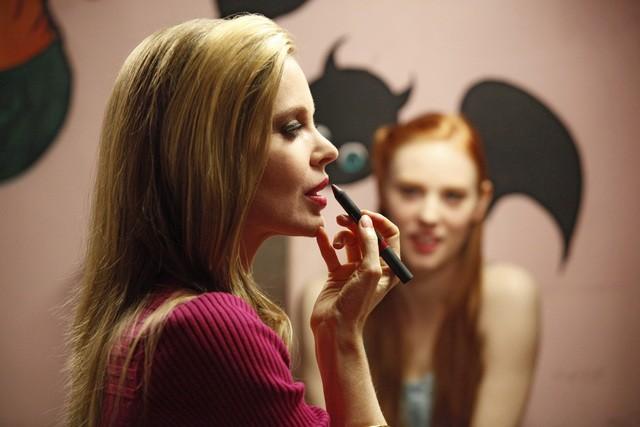 Kristin Bauer e Deborah Ann Woll, sullo sfondo, in una scena della stagione 3 di True Blood