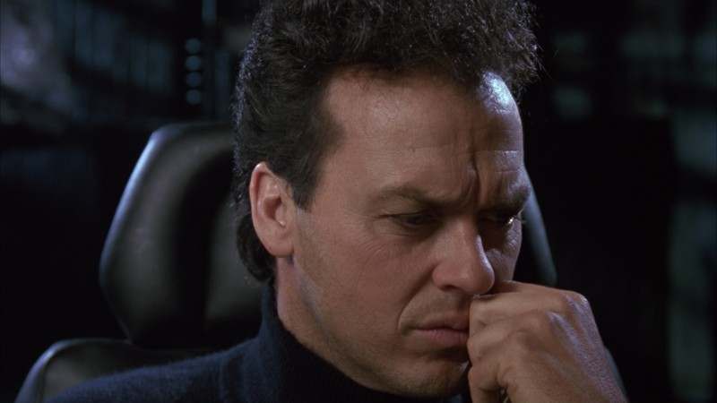 Michael Keaton pensieroso in una scena del film Batman (1989)