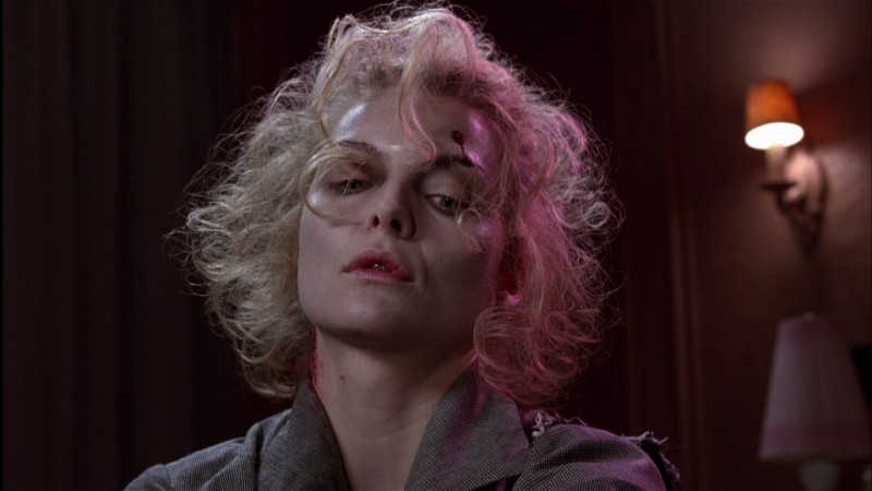 Michelle Pfeiffer in una scena del film Batman - il ritorno (1992)