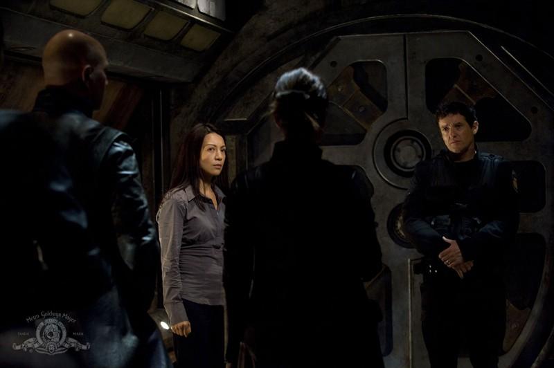 Ming-Na e Justin Louis contrattano con Rhona Mitra (di spalle) nell'episodio Incursion: Part 1 di Stargate Universe