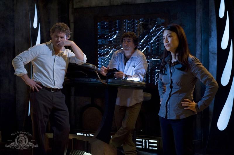Patrick Gilmore, Peter Kelamis e Ming-Na in una scena dell'episodio Incursion: Part 1 di Stargate Universe