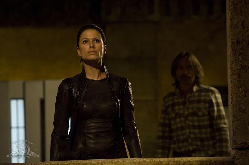 Rhona Mitra con alle spalle Robert Carlyle nell'episodio Incursion: Part 1 di Stargate Universe