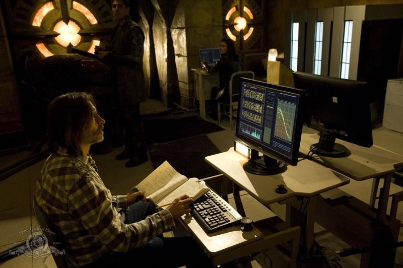 Robert Carlyle nella base della Lucian Alliance nell'episodio Incursion: Part 1 di Stargate Universe