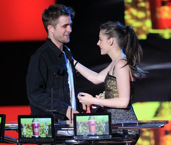 Kristen Stewart sul palco degli Mtv Movie Awards 2010 con Robert Pattinson