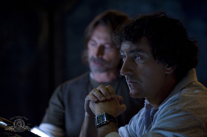 Rush (Robert Carlyle) e  Brody (Peter Kelamis) in un momento nell'episodio Incursion: Part 2 di Stargate Universe