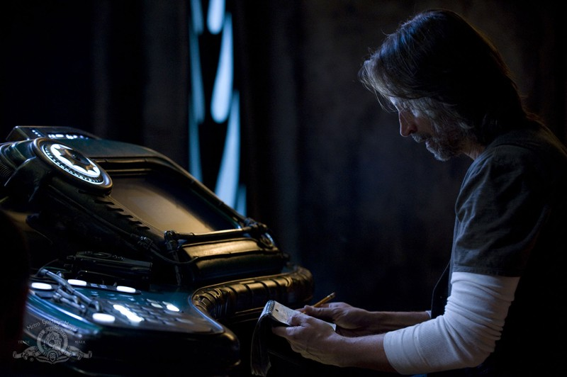 Rush (Robert Carlyle) in un momento nell'episodio Incursion: Part 1 di Stargate Universe