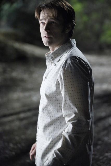 Stephen Moyer in una scena della stagione 3 di True Blood