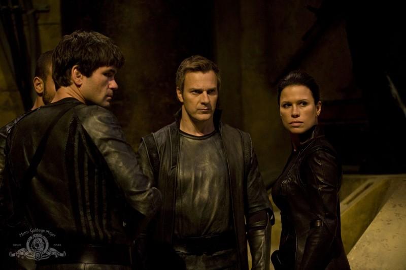 Varro (Mike Dopud) e Kiva (Rhona Mitra) nell'episodio Incursion: Part 1 di Stargate Universe
