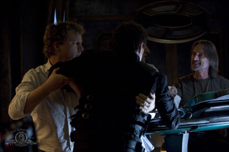 Volker (Patrick Gilmore) trattiene Young (Justin Louis) in una scena dell'episodio Incursion: Part 2 di Stargate Universe
