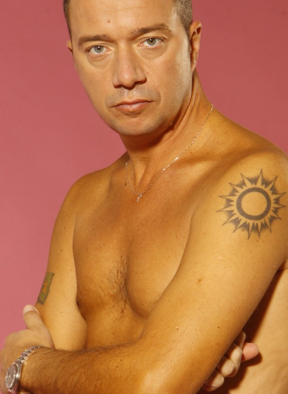 Arturo Gambardella a torso nudo.