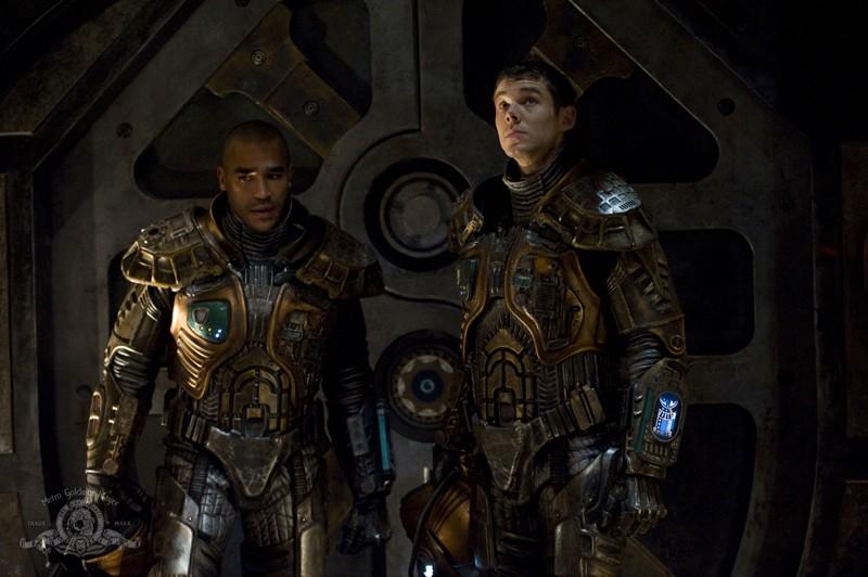 Jamil Walker Smith e Brian J. Smith pronti per uscire nello spazio nell'episodio Incursion: Part 2 di Stargate Universe