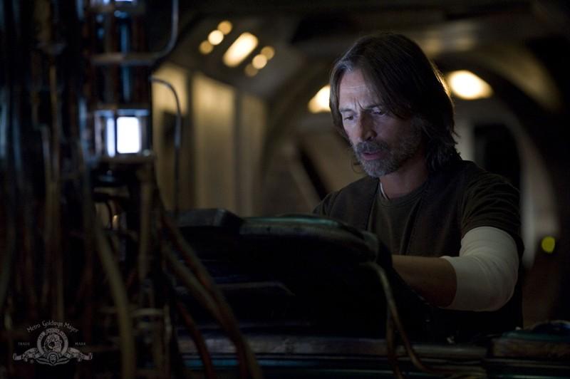 Rush (Robert Carlyle) in una scena dell'episodio Incursion: Part 2 di Stargate Universe