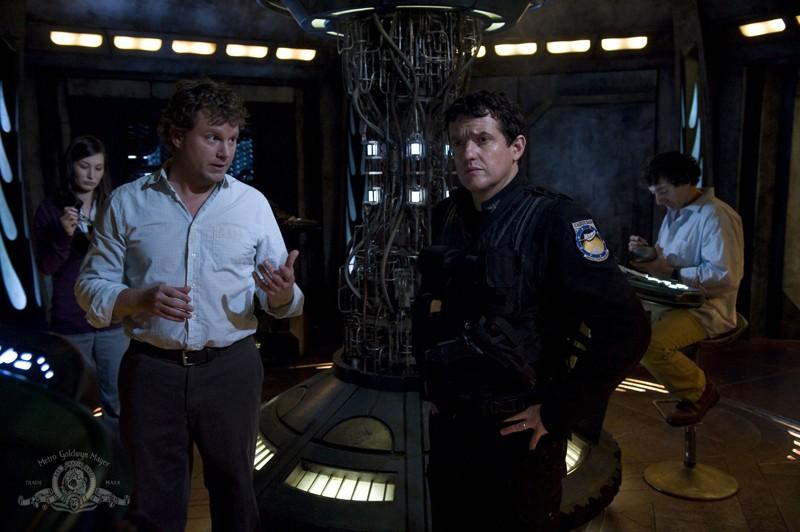 Volker (Patrick Gilmore) parla con Young (Justin Louis) nell'episodio Incursion: Part 2 di Stargate Universe
